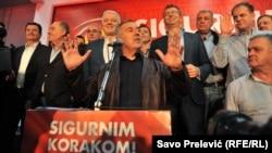 Gjukanoviq dhe pjesëtarët e tjerë të partisë së tij pas fitores në zgjedhjet e 16 tetorit