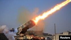 Огонь из ракетной установки по позиции боевиков экстремистской группировки «Исламское государство» в районе военного комплекса близ иракского города Мосул. 23 февраля 2017 года.