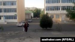 В Туркменистане в 1990-е годы жило более ста тысяч казахов. В 2008 году в МИД Казахстана приводили данные, согласно которым в Туркменистане живет около 20 тысяч казахов.