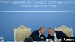Ресей президенті Владимир Путин мен Қазақстан президенті Нұрсұлтан Назарбаев екі ел өңіраралық ынтымақтастық форумында. Атырау, 30 қыркүйек 2014 жыл.