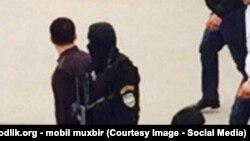 Силовики в черных масках на базаре Андижана.