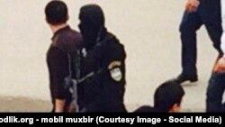 Человек в «черной маске», замеченный в ходе рейда на одном из базаров в Узбекистане.