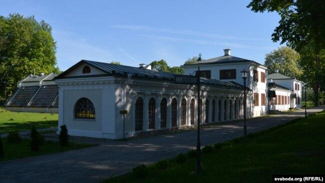 Від на залескі палац з боку аранжарэі