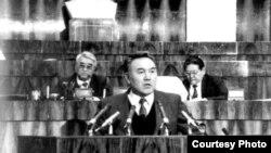 Нұрсұлтан Назарбаев Жоғарғы кеңесте сөйлеп тұр. Алматы, 1990-жылдардың басы.