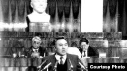 Нурсултан Назарбаев на трибуне Верховного совета. Фото из книги «Нурсултан Назарбаев. Хроника деятельности. 1992-1993 год».