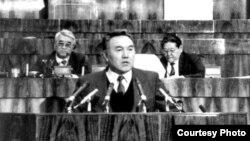 Президент Казахстана Нурсултан Назарбаев выступает в Верховном Совете. Справа за его спиной —Серикболсын Абдильдин.