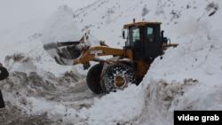 Трактор расчищает дорогу в Таджикистане. 31 января 2017 года.