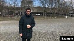 Әли Феруздің Геттинген университеті ауласында тұрған сәті.