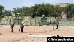 Строительство поля для мини-футбола в Ереване, 21 августа 2014 г.