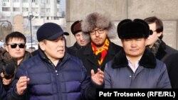 Активист Жанболат Мамай и другие инициаторы создания Демократической партии Казахстана у монумента Независимости. Алматы, 16 декабря 2019 года.