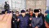 Активист Жанболат Мамай и другие инициаторы создания Демократической партии Казахстана после возложения цветов к монументу Независимости. Алматы, 16 декабря 2019 года.