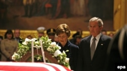 جرج بوش، رییس جمهوری آمریکا به همراه همسرش لورا بوش در حال ادای احترام به جرالدفورد