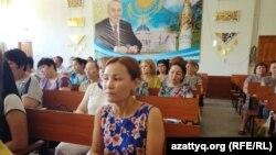 Гульжан Салимбаева (на переднем плане), учитель шымкентской школы-гимназии № 38 на собрании, где коллеги пытались примирить ее с директором. 5 июня 2017 года.