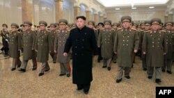 Ким Чен Ын и генералы посещают Кумсусанский дворец Солнца в Пхеньяне