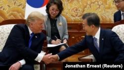 دونالد ترامپ در کنار مون جیـاین