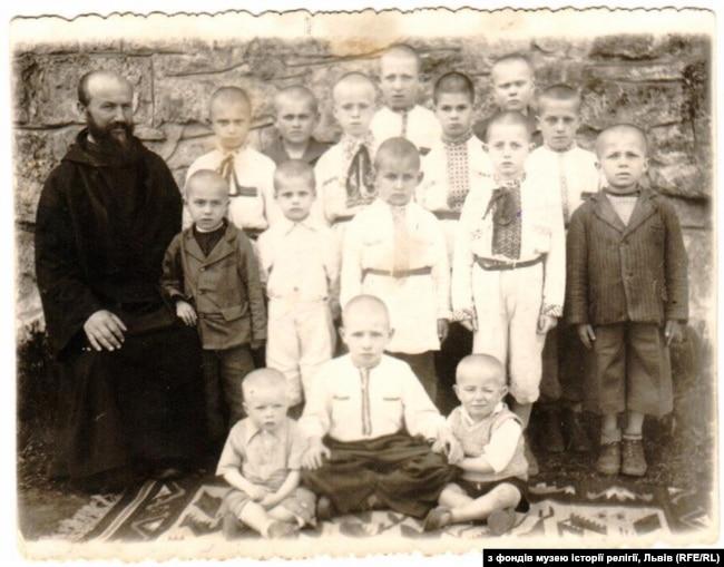 Сироти в Унівському монастирі, серед яких і єврейські діти