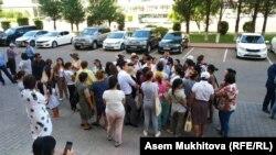 Собравшиеся в центральной части казахстанской столицы матери, требующие от властей решить жилищный вопрос. Нур-Султан, 12 июля 2019 года.