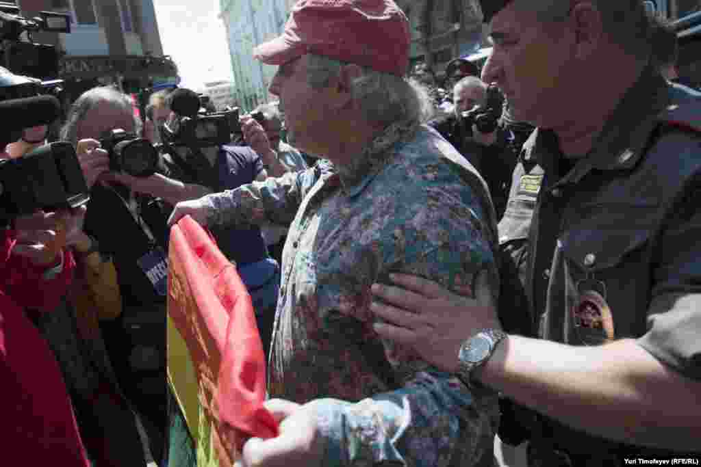 Russia -- Interior Ministry officers detain a gay rights activist , 27May2012