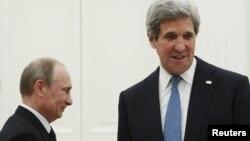 Президент Росії Володимир Путін (ліворуч) і держсекретар США Джон Керрі (архівне фото)