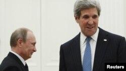 Президент России Владимир Путин (слева) и государственный секретарь США Джон Керри.