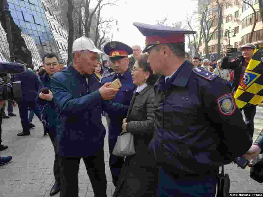 Алматы тұрғыны (ортада) Астананың атын өзгертуге қарсы пікір айтып тұр.