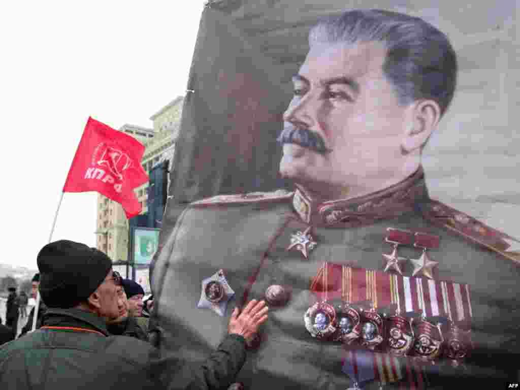 Rusija - Pristalice ruske Komunističke partije, obilježili su godišnjicu Staljinovog rođenja. On se u Rusiji još slavi kao lider koji je vodio Sovjetski Savez u pobjedu nad nacističkom Njemačkom u drugom svjetskom ratu, Moskva, 21.12.2010. Foto: AFP / Alexey Sazonov
