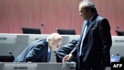 Мишель Платини проходит мимо Зеппа Блаттера на конгрессе ФИФА в Цюрихе