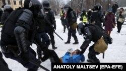 Задержание участника мирной протестной акции в Санкт-Петербурге, 31 января 2021.