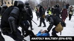 Задержание участника мирной протестной акции в Санкт-Петербурге, 31 января 2021