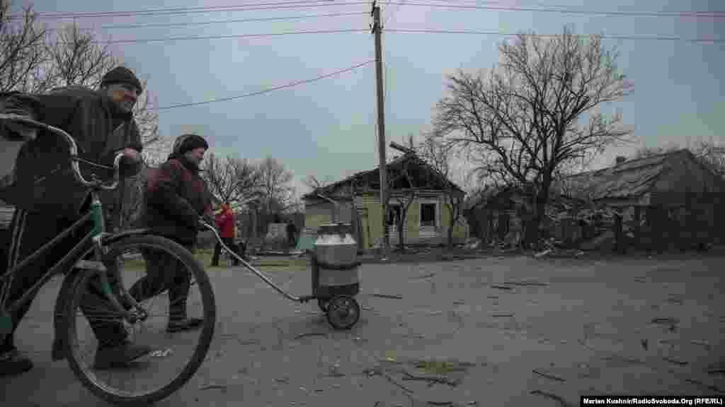 Стара частина Авдіївки, вулиця Кірова, пролягає безпосередньо близько до лінії зіткнення. Тут проживають не один десяток людей, в основному старшого віку.