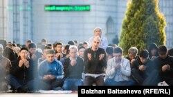 Алматының орталық мешітіндегі айт намазына қатысушылар. 24 қыркүйек 2015 жыл.