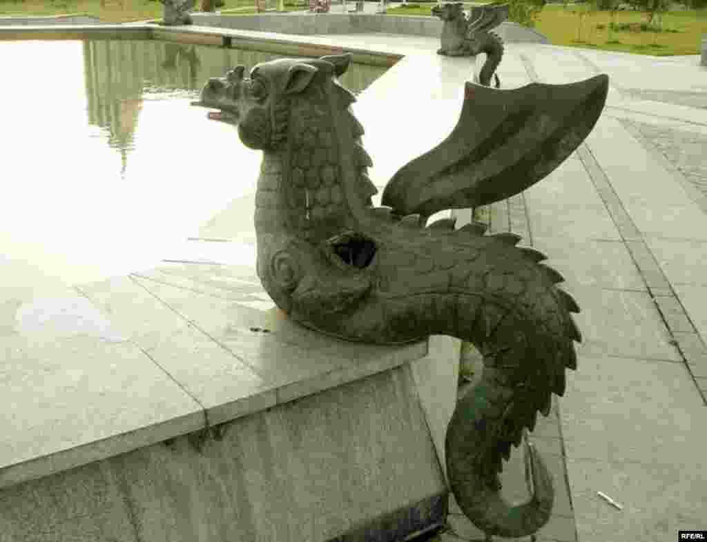 Меңьеллык паркында фонтан янындагы Зилант