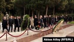 Arxiv foto: Diasporla İş üzrə Dövlət Komitəsi əməkdaşlarının H. Əliyev məzarını ziyarəti