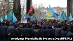 Мітинг на підтримку територіальної цілісності України, скликаний Меджлісом кримськотатарського народу. Сімферополь, 26 лютого 2014 року
