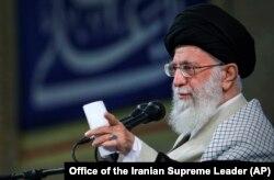Верховный лидер Ирана аятолла Али Хаменеи во время лекции в тегеранском университете