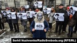 Учасники акції біля посольства Росії в Києві, 2 листопада 2016 року