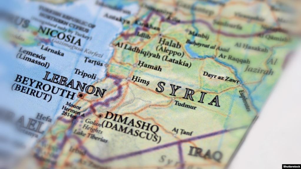 سوریه و لبنان روی نقشه؛ گفته شده هدف حمله یک «مرکز فرماندهی» در نزدیکی شهر قصیر بود. خود قصیر شهری در استان حمص سوریه است.