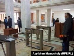 Журналистер Алматы қаласы әкімдігіне кіре алмай тұр. 6 ақпан 2019 жыл.