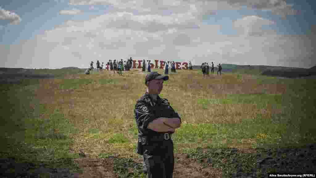 Гости и участники праздника пошли фотографироваться к надписи «Хыдырлез» за черту полицейского оцепления
