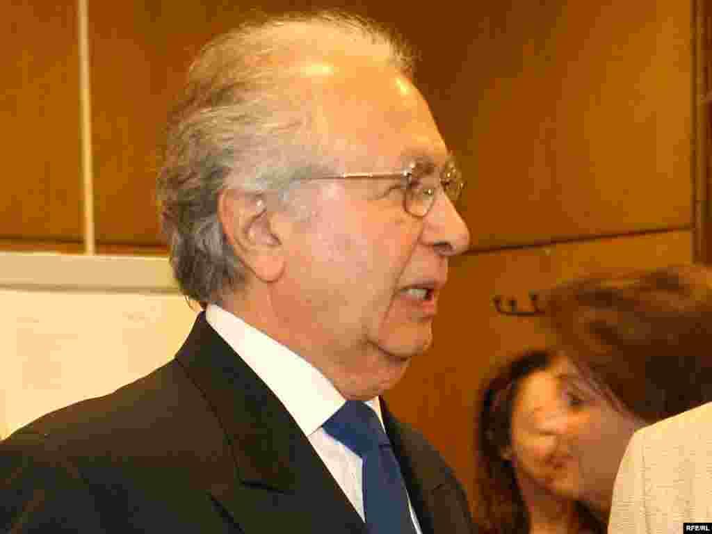 ایرج گرگین در مقر رادیو اروپای آزاد/ رادیو آزادی در پراگ -- خرداد ماه ۱۳۸۵