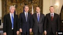 Глава МИД РП Радослав Сикорский, (второй справа), минобороны Томаш Щемоняк (первый справа) и глава МИД Британии Филип Хаммонд и министр обороны Майкл Фаллон (слева) в Варшаве