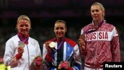 Британка Джессика Эннис (центре), Лили Шварцкопф из Германии (слева) и россиянка Татьяна Чернова на олимпийском пьедестале почета.
