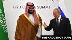 Vladimir Putin (sağda) və Səudiyyə Ərəbistanının Vəliəhd şahzadəsi Mohammed bin Salman, arxiv fotosu