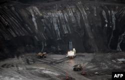 На месторождении нефтяных песков в канадской провинции Альберта.