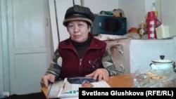 Жительница Астаны Айнашкан Саадабаева в своем доме, которому грозит снос.
