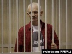Алесь Бяляцкі ў судовай залі, лістапад 2011 году