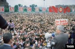 Борис Ельцин выступает на митинге в Туле в 1991 году