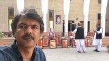 انځورګر شرجيل بلوڅ د بلوچستان های کورټ په انګړ کې له خپلو کښلیو انځورونو سره