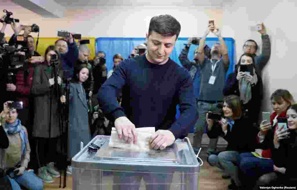 Ukrainian comic actor and presidential candidate Volodymyr Zelenskyy casts his ballot at a polling station in Kyiv. (Reuters / Valentyn Ogirenko)