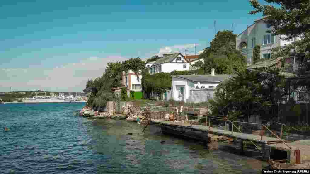 Багато хто засмагає і купається в морі поряд зі своїми будинками